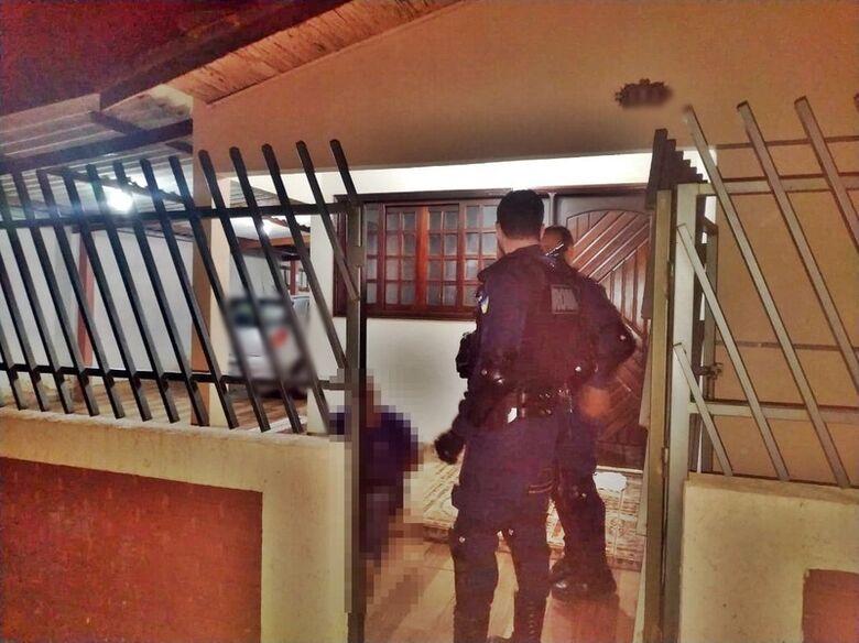 Motorista embriagado provoca acidente, invade casa para fugir, e acaba preso -