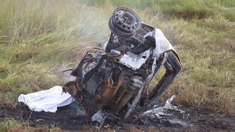 Motorista de carro morre carbonizado após bater de frente com caminhão - Crédito: Foto: Sidro Midia MS
