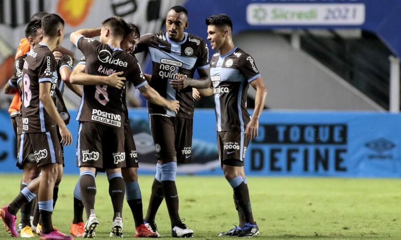 Corinthians vence Santos na Vila Belmiro -