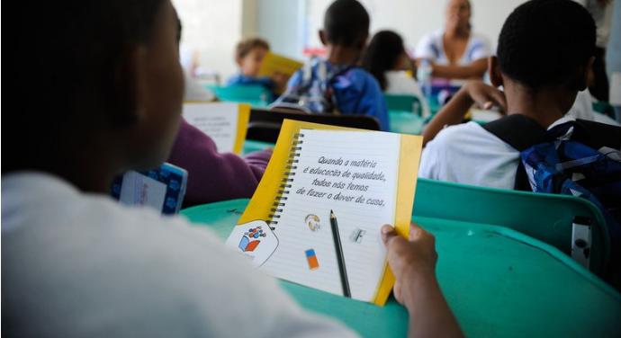 O programa priorizará escolas com os menores índices no Ideb e com alunos beneficiários do Bolsa Família. - Crédito: Tânia Rêgo/Agência Brasil