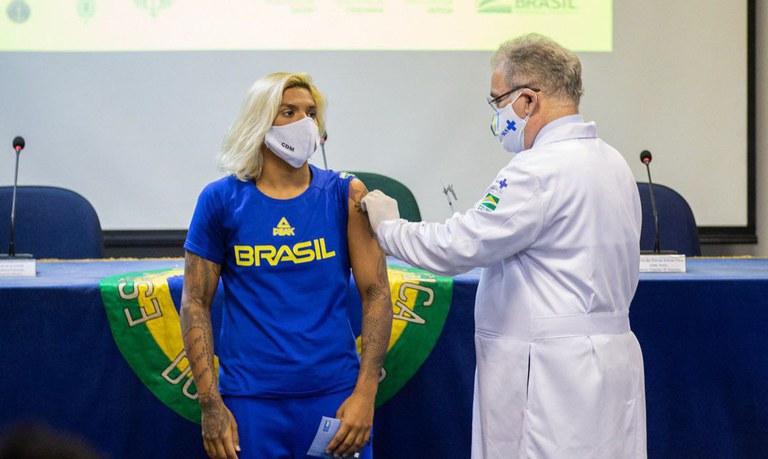 Ana Marcela Cunha, campeã mundial de maratona aquática, foi a primeira a ser imunizada no Rio de Janeiro - Crédito: Miriam Jeske/COB