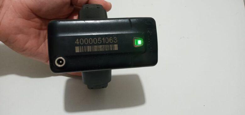 Tornozeleira eletrônica é abandonada na porta do posto da PM na Marcelino - Crédito: Cido Costa