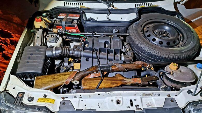 As armas foram encontrados escondidas próximo ao motor do carro - Crédito: PMA