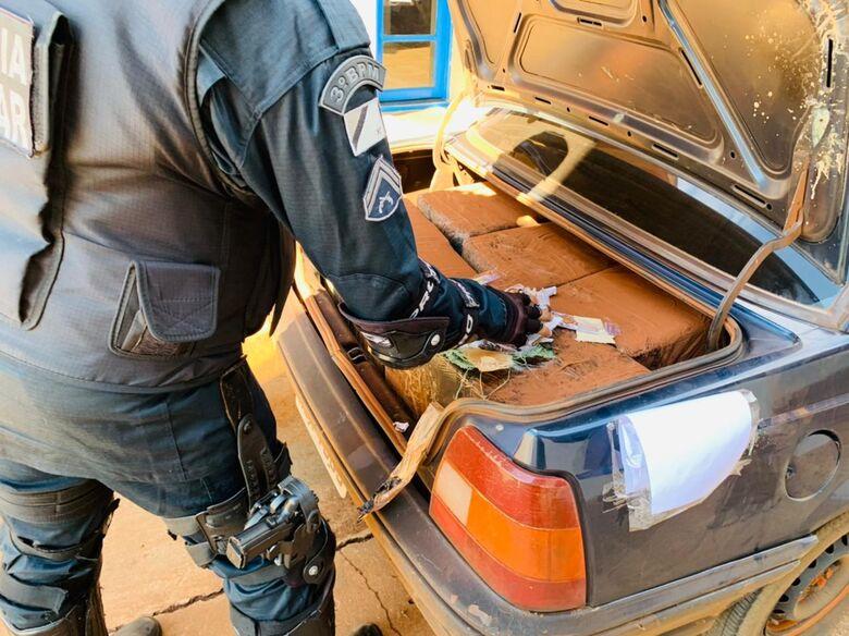 A carga foi encontrada em um GM Monza - Crédito: Polícia Militar