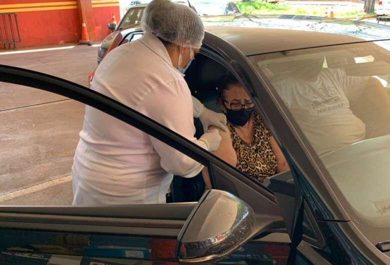 Domingo tem repescagem drive-thru para idosos com mais de 60 anos -