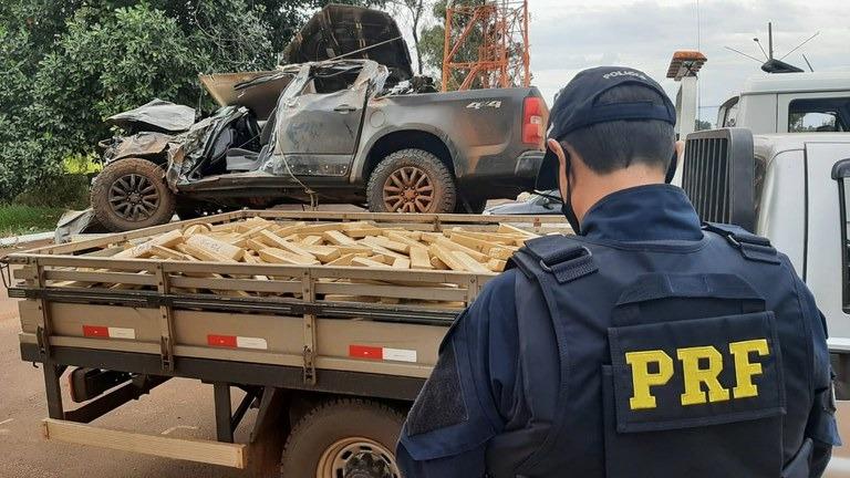 Durante fuga, motorista capota caminhonete com 1,8 tonelada de maconha - Crédito: Divulgação