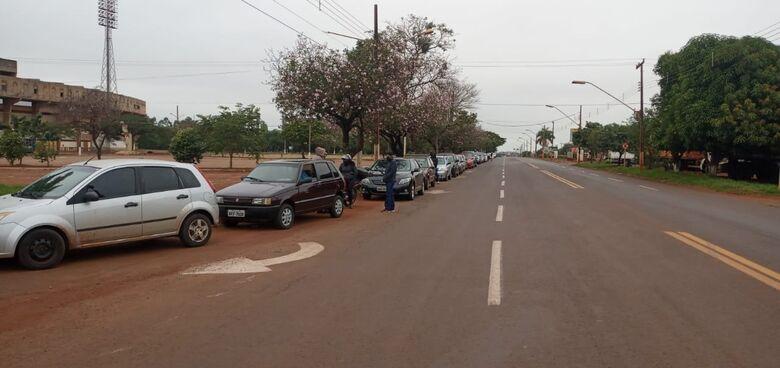 População faz grande fila no Drive em dia que não tem vacina - Crédito: Cido Costa