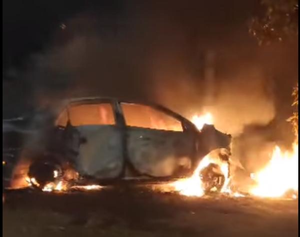 Carro envolvido em acidente com morte de motoentregador é incendiado - Crédito: Reprodução/Redes Sociais