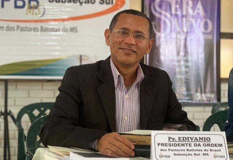 Pastor douradense escreve livro sobre o impacto da pandemia nas Igrejas -