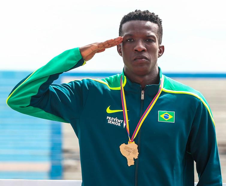 O ´velocista Gabriel Constantino, terceiro-sargento do Exército, é especialista na prova dos 100 metros com barreiras - Crédito: Divulgação/Ministério da Saúde
