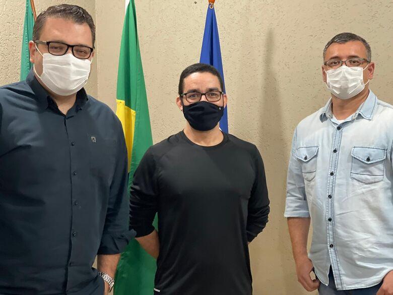 Alan Guedes, o médico Waldno Pereira e o enfermeiro Edvan Marcelo, respectivamente - Crédito: Assecom