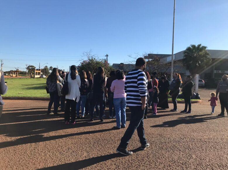 Grupo de mães reunido em frente à Secretaria de Saúde - Crédito: Kamila Rios