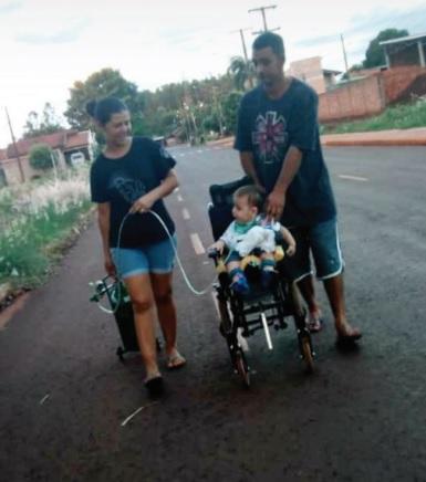 Pais de criança com paralisia cerebral precisam de ajuda - Crédito: Divulgação/Abraço Atípico