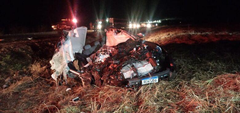Jovem de 26 anos morre em colisão entre caminhonete e carreta na BR-163 -