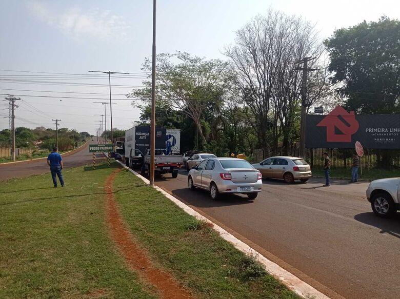 Carros já fazem fila à espera da liberação da rodovia - Crédito: Kamila Rios