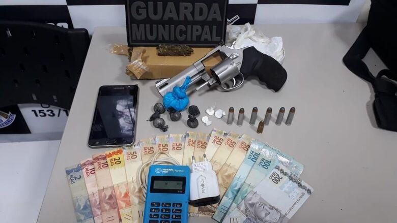 Homem é preso com drogas e revólver pela Guarda Municipal -