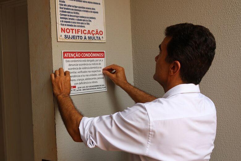 Deputado instala placas de campanha contra violência doméstica em condomínios -
