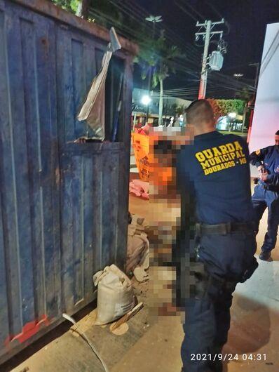 Usuário de drogas arromba contêiner e termina preso pela GM -