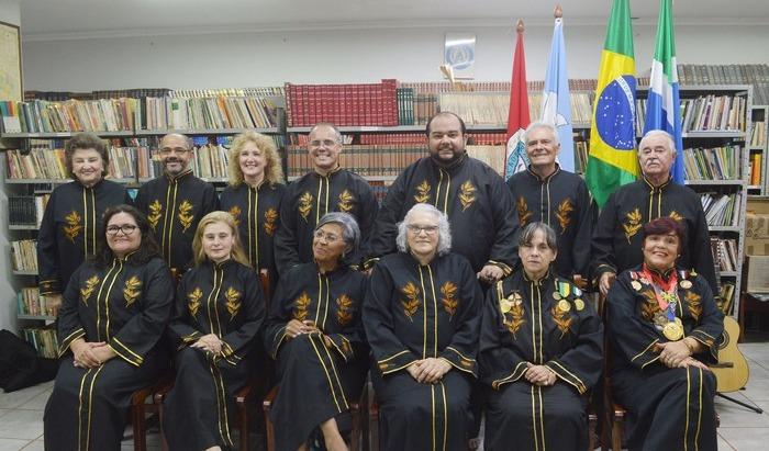 Membros da Academia de Letras com o fardão oficial da entidade (In Memoriam José Vasconcelos e Ruth Hellman) - Crédito: Divulgação