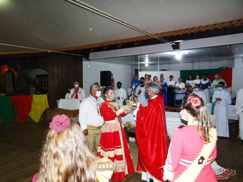 Entrega de imagem de Nossa Senhora ao padre Otair, durante a missa crioula - Crédito: Olhar 43