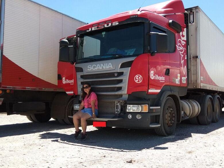 """""""Eu colecionava revista 4 Rodas, gostava de direção"""" explica Débora sobre a paixão de dirigir - Crédito: Fotos: arquivo pessoal/Débora Ubial"""
