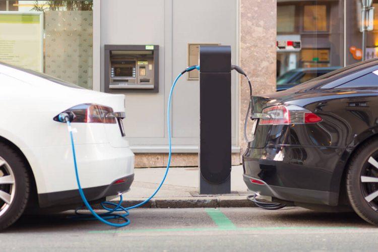 Algumas das grandes marcas já lançaram modelos elétricos e híbridos, porém com preços inacessíveis para população - Crédito: Divulgação