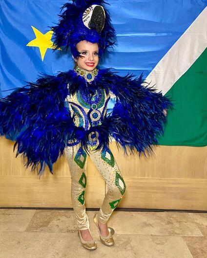 Menina de 8 anos usa traje da arara-azul ao representar Brasil em concurso de beleza: 'Ficou incrível', diz estilista - Crédito: Paulo Filho/Divulgação
