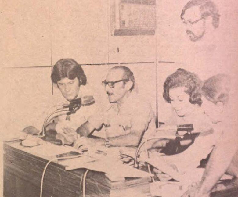 Jorge Antônio Salomão, ladeado por Albino Mendes, Laura Márcia e Odir Pedroso, em junho de 1979, quando a Rádio Clube promoveu uma campanha em prol dos flagelados de Porto Murtinho - Crédito: Reprodução/O Progresso