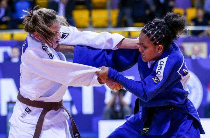 Aléxia Nascimento, de azul, durante luta - Crédito: Divulgação