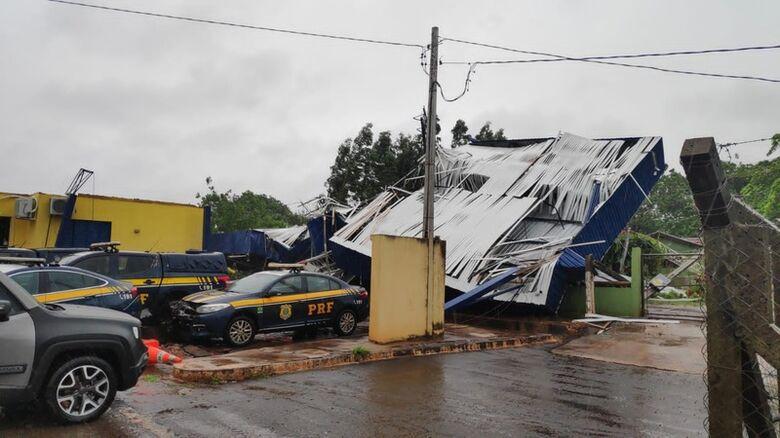 Vendaval causa estragos no posto da PRF em Dourados - Crédito: Cido Costa