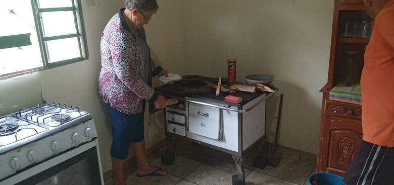 Dona Maria Madalena quase não uso mais fogão a gás - Crédito: Fotos: Cido Costa