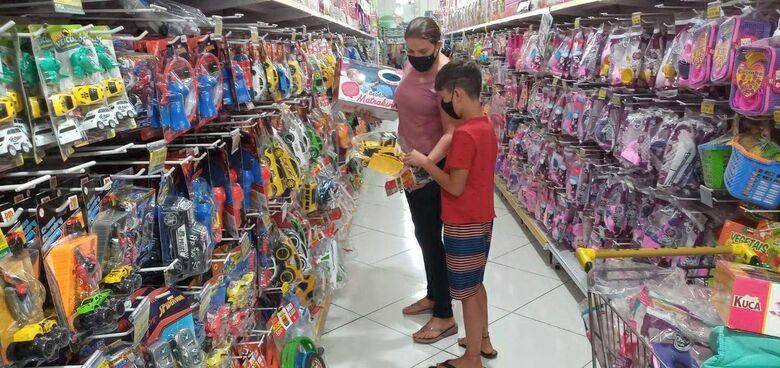 Lojas já estão com intenso movimento a procura de itens como brinquedos, roupas, livros e acessórios infantis, no centro da cidade - Crédito: Cido Costa