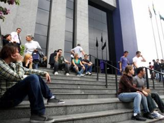 Foto: AE - Pessoas aguardam em frente a prédio da Polícia Federal, na Lapa, pela normalização do sistema de emissão de passaporte -