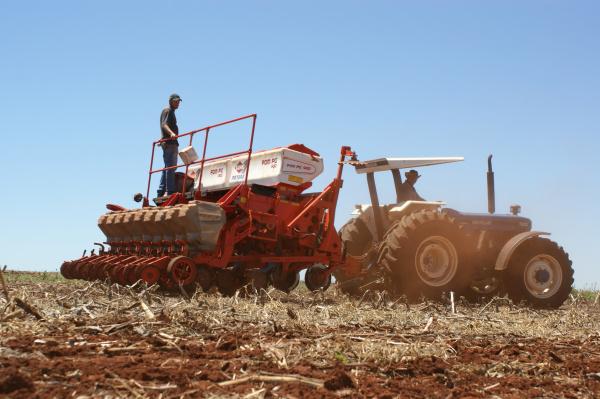 Produtores de Dourados aproveitam a estiagem para plantar a safra de soja 2010/2011 Foto: Hédio Fazan -