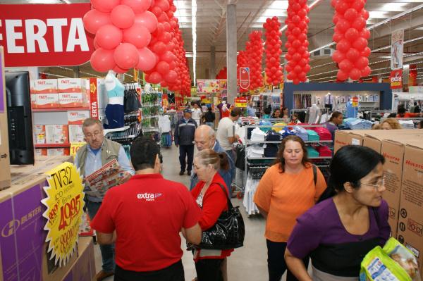 Centenas de pessoas foram foram conhecer as instalações do Extra inaugurado ontem Foto: Hédio Fazan -