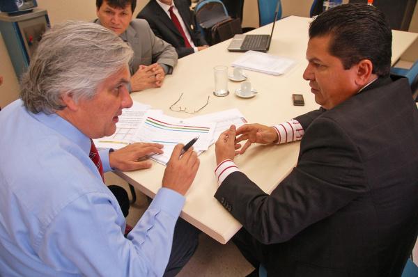 Delcídio durante encontro com o prefeito Juneir Marques, de Antônio João Foto:Divulgação  -