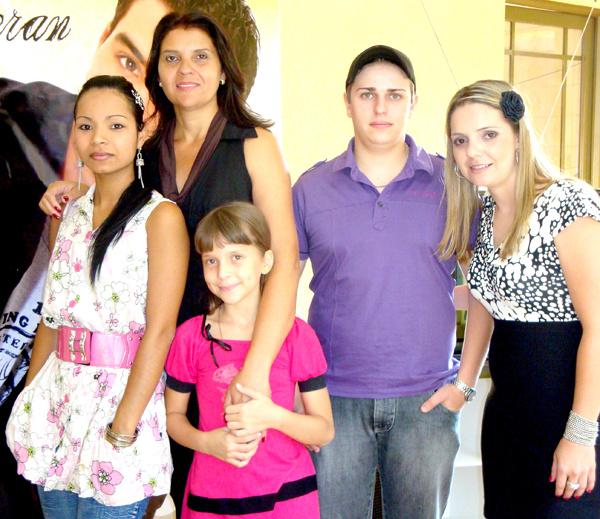 Paula Moisés e sua competente Equipe de pro-dução da direita para es-querda Diandra,Vitória - Crédito: filha de Paula