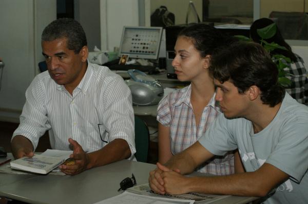 Professor Mário Luiz e os estudantes Alexander e Elisa, do grupo de pesquisa Foto: Hedio Fazan   -