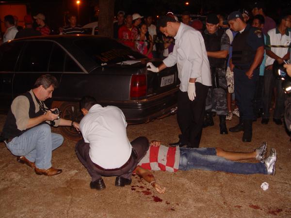 Jovem mecânico foi assassinado na noite de domingo próximo de lanchonete Foto: Sidnei L. Bronka  -