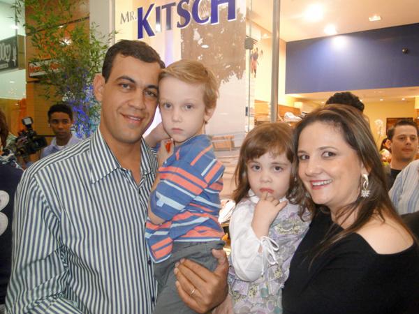 Proprietários da Mr. Kitsch, Clóvis e Kátia, com os filhos Joaquim e Camila -