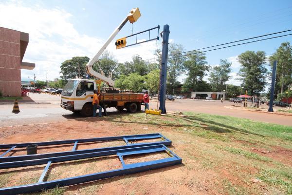 Semáforo é instalado em frente à Unigran e Manoel Santiago será mão única Crédito: A. Frota   -