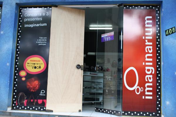 Na madrugada de ontem lojas tiveram portas e vidraças quebradas durante furtos  Foto: Hédio Fazan  -
