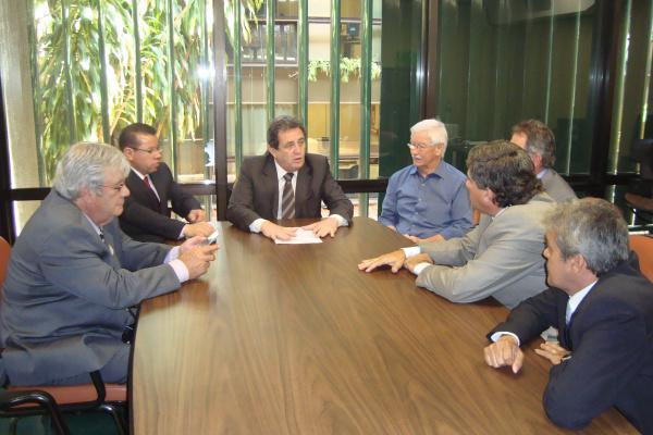 Vereadores douradenses durante audiência ontem em Brasília: R$ 2 milhões para asfalto  Foto: Divulgação -