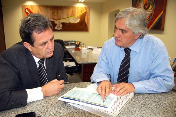 Delcídio Amaral e Waldemir Moka, presidente da Comissão Mista de Orçamento Foto:Divulgação  -