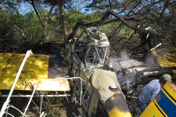Avião agrícola pegou fogo depois de cair numa fazenda localizada em Itaporã Foto: Antônio Ferrari/Itaporã Hoje    -