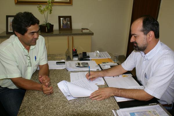 Prefeito Mateus Palma e o secretario Apolinário na assinatura do decreto Foto: Dilermano Alves   -