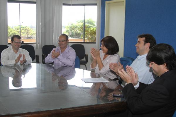 Prefeita Délia Razuk e reitor da UFGD assinaram nesta quinta a contratualização com o HU Foto: A. Frota -