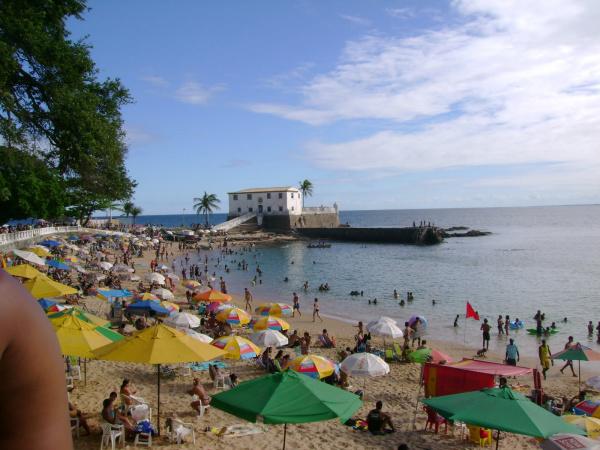 Praia de Porto da Barra, em Salvador, é uma das mais agitadas e garante diversão no réveillon Foto: Divulgação    -