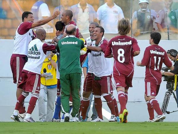 Jogadores do Fluminense comemoram o gol que garantiu a vitória sobre o Palmeiras ontem  Foto: Divulgação -