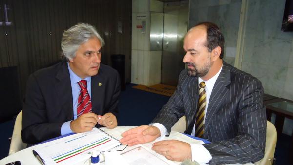 Mateus Palma de Farias discutindo projetos com o senador Delcídio Foto: Divulgação   -